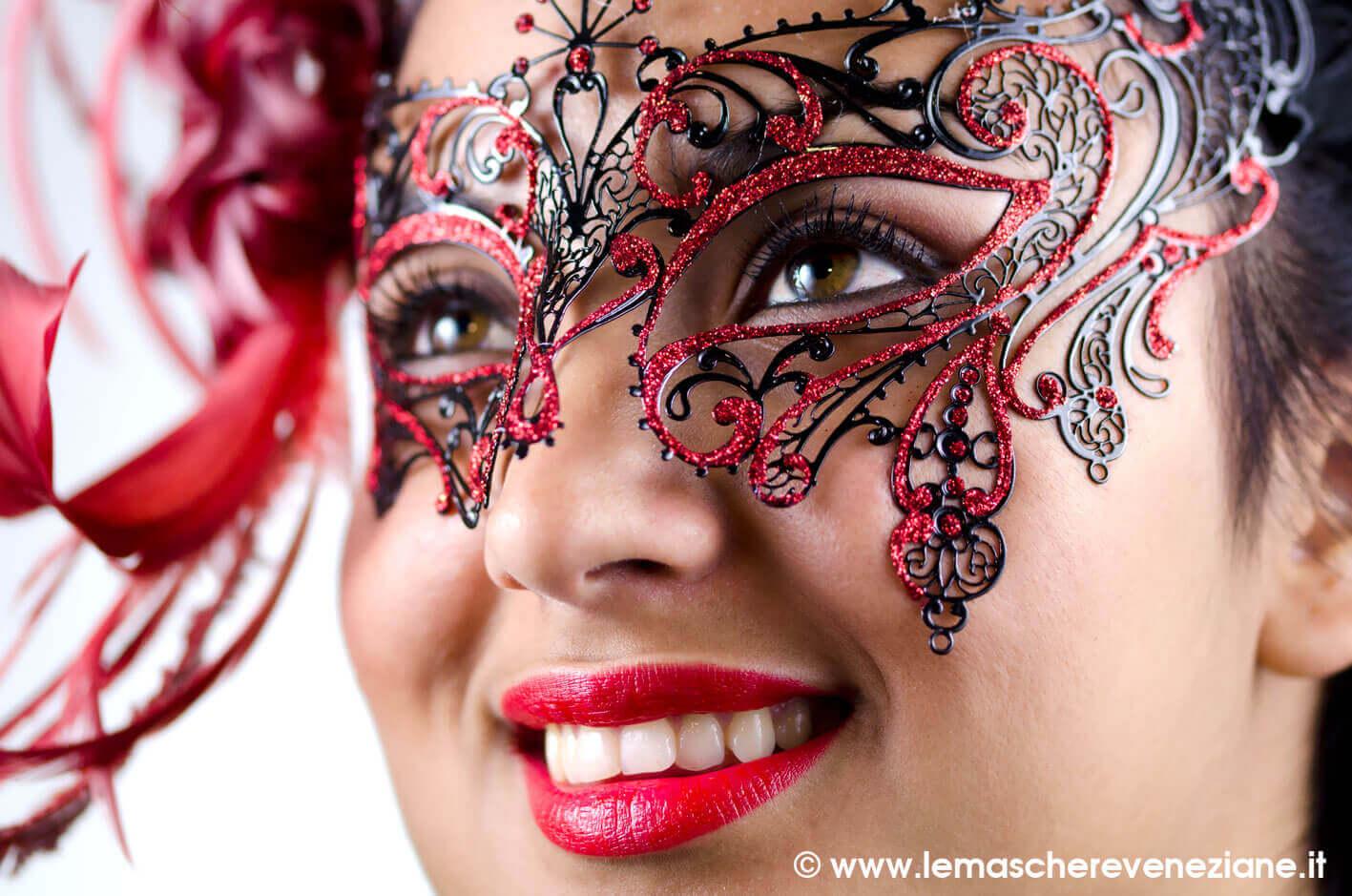 maschera-metallo-viviana-con-piume-e-glitter-rossi