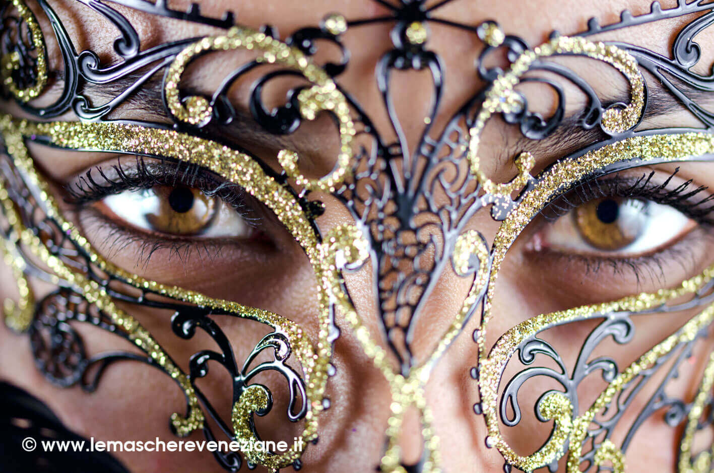 Maschera-piume-viviana-nera-glitter-oro-4